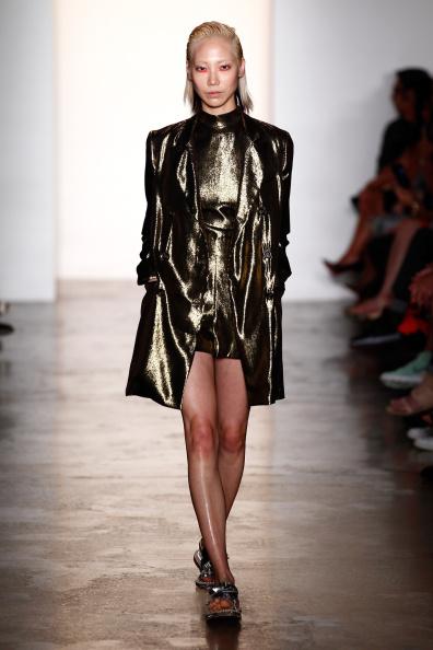 メタリックドレス「Peter Som - Runway - MADE Fashion Week Spring 2015」:写真・画像(16)[壁紙.com]