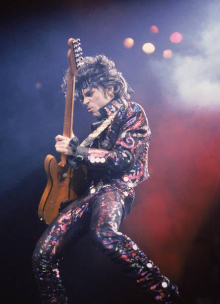 Prince Plays Guitar In Concert:ニュース(壁紙.com)
