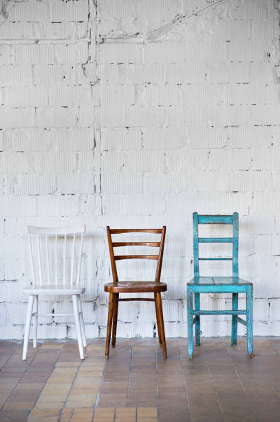 Empty chairs against white brick wall:スマホ壁紙(壁紙.com)
