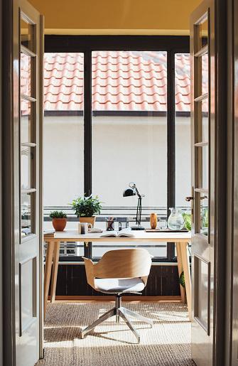 Entrance「Empty chair in home study」:スマホ壁紙(10)