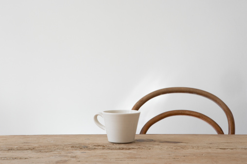 Coffee Cup「Empty chair and mug on table」:スマホ壁紙(2)