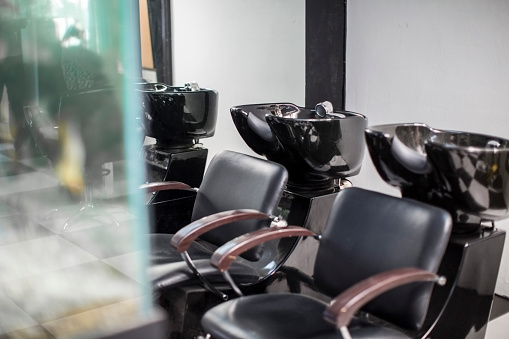 Hairdresser「Empty chairs and basins in barbershop」:スマホ壁紙(14)