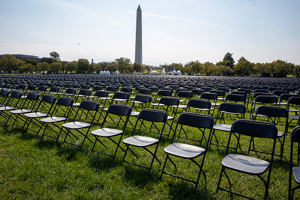 Infectious Disease「20,000 Empty Chairs Placed Near White House To Remember 200,000 Lives Lost To COVID-19」:写真・画像(6)[壁紙.com]
