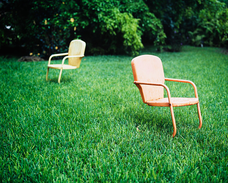 Outdoor Chair「Empty Chairs on Lawn」:スマホ壁紙(1)