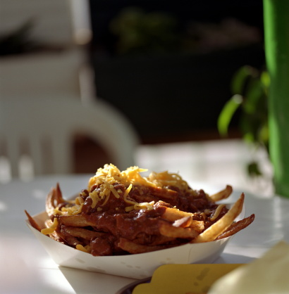 Chili Con Carne「Chilli fries with shredded cheese on table」:スマホ壁紙(4)