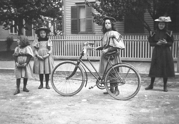 1900「Girls With Bicycle In Boston」:写真・画像(1)[壁紙.com]