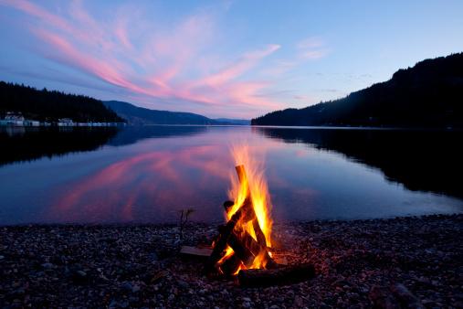 Idaho「Campfire with sunset reflected on the lake in Idaho.」:スマホ壁紙(5)