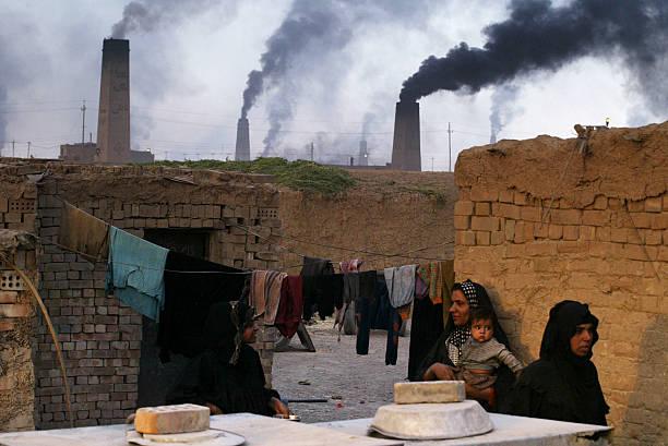 Iraqis Toil In Brick Factory:ニュース(壁紙.com)