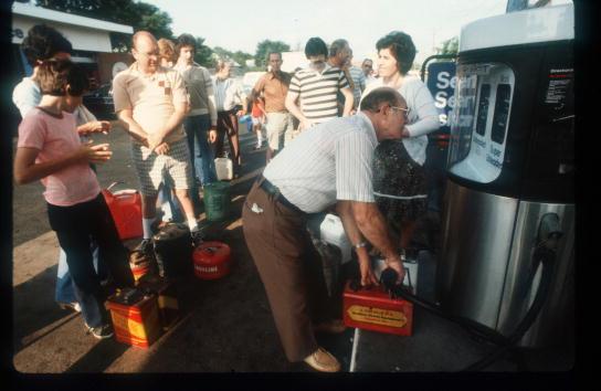 In A Row「Gas Crisis」:写真・画像(16)[壁紙.com]