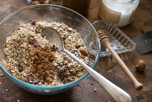 Granola「Preparing homemade granola」:スマホ壁紙(1)