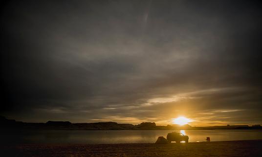 cloud「Sunrise over campsite at Lake Powell, Utah, USA」:スマホ壁紙(3)