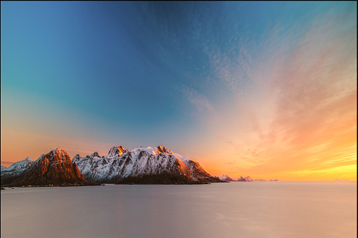 峰「Sunrise over mountain landscape, Lofoten, Norway」:スマホ壁紙(18)