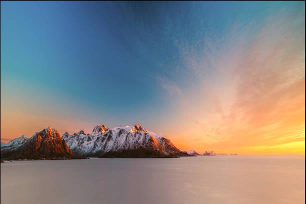 Sunrise over mountain landscape, Lofoten, Norway:スマホ壁紙(壁紙.com)