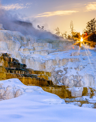 Moody Sky「Sunrise over Travertine Terrace, Mammoth Falls, Yellowstone National Park, Wyoming, USA」:スマホ壁紙(11)