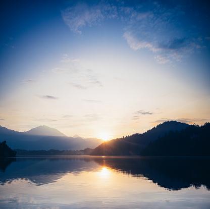Hill「Sunrise over a calm mountain lake」:スマホ壁紙(7)