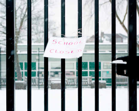 Bare Tree「Sign on railings saying school closed」:スマホ壁紙(13)