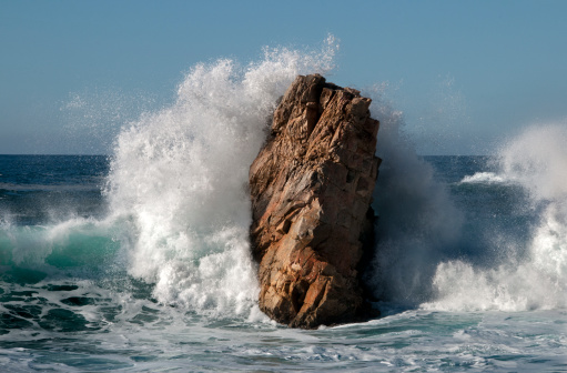 Big Sur「Big Sur waves crashing into rocky shore」:スマホ壁紙(10)