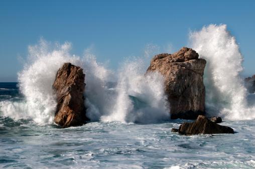 Big Sur「Big Sur waves crashing into rocky shore」:スマホ壁紙(9)