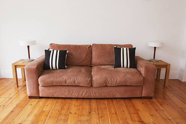 Empty living room with couch and end tables:スマホ壁紙(壁紙.com)