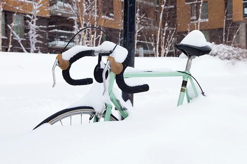 雪の吹きだまり「雪の中で放棄された自転車」:スマホ壁紙(17)