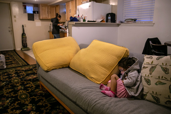 Apartment「After Detention And Release, Undocumented Mother And Child Wait For Day In Immigration Court」:写真・画像(13)[壁紙.com]