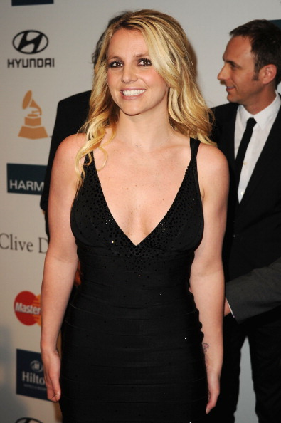 V-Neck「Clive Davis And The Recording Academy's 2012 Pre-GRAMMY Gala And Salute To Industry Icons Honoring Richard Branson - Arrivals」:写真・画像(17)[壁紙.com]