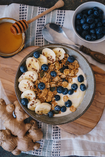 Dietary Fiber「Bowl of breakfast cereal with banana and blueberries」:スマホ壁紙(19)
