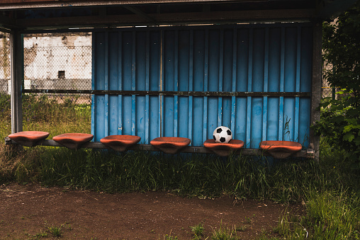 Bench「Football on empty coaching bench」:スマホ壁紙(8)