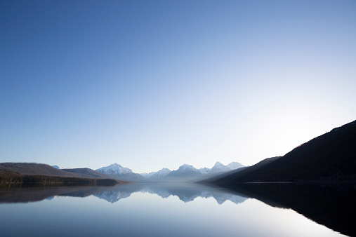 山岳地帯「A calm morning before sunrise on Lake McDonald in Glacier National Park.」:スマホ壁紙(3)