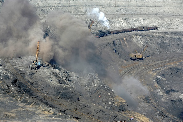 Open-pit Mine「Explosives reveal the coal deposits at the Pingzhuang opencast mine as an SY class 2-8-2 heads a service train along one of the levels. Picture dated October 2006.」:写真・画像(7)[壁紙.com]