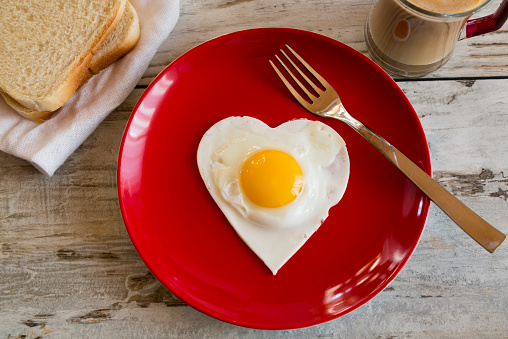 Heart「Heart-shaped fried egg on red plate」:スマホ壁紙(11)