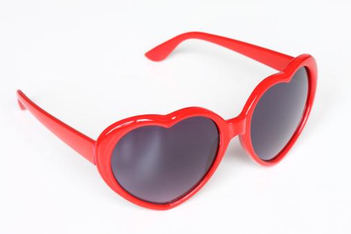 ハート「Heart-shaped sunglasses on white background」:スマホ壁紙(6)