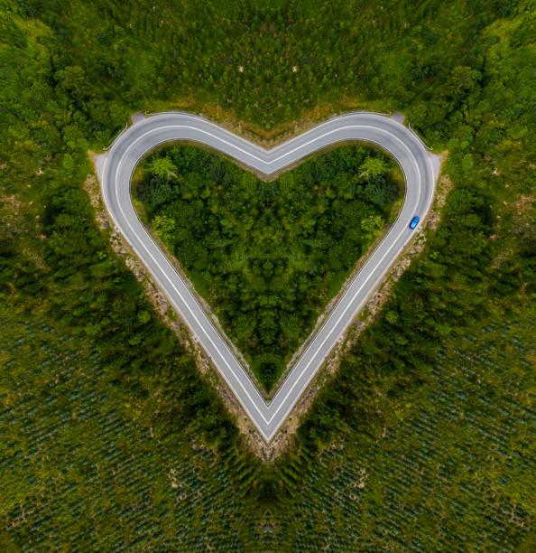 Heart-shaped road:スマホ壁紙(壁紙.com)