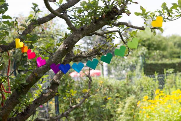 Heart-shaped garland made of paper hanging in garden:スマホ壁紙(壁紙.com)