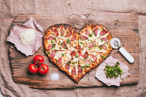 Heart「Heart-shaped pizza and ingredients on cutting board」:スマホ壁紙(19)