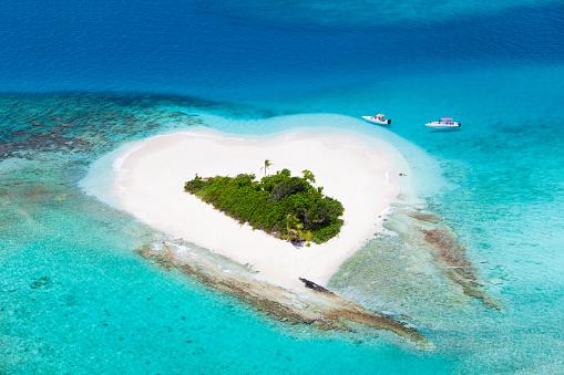 Island「heart-shaped island in the Caribbean -  honeymoon getaway destination」:スマホ壁紙(6)