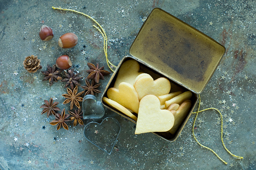 Star Anise「Heart-shaped Christmas cookies in an old tin can」:スマホ壁紙(14)