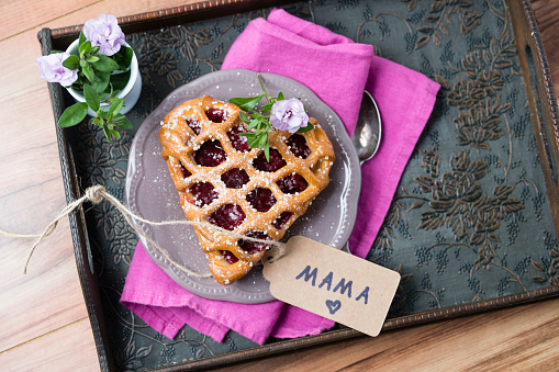 Mother's Day「Heart-shaped cherry cake with name tag and flowers on tray」:スマホ壁紙(10)