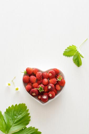 ハート「Heart-shaped bowl of wild strawberries」:スマホ壁紙(5)