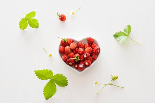 ハート「Heart-shaped bowl of wild strawberries」:スマホ壁紙(14)