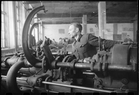 Max Penson「A Worker At A Machine Tool」:写真・画像(7)[壁紙.com]