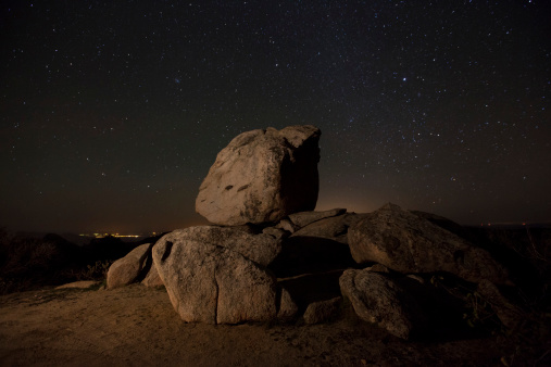 星空「A boulder outcropping overlooking Anza Borrego Desert State Park and the Salton Sea, California.」:スマホ壁紙(13)