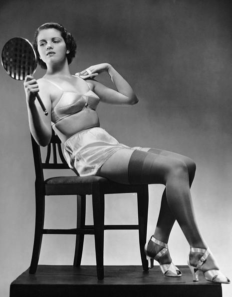 アーカイブ画像「Woman in lingerie & stockings looking in mirror」:写真・画像(5)[壁紙.com]