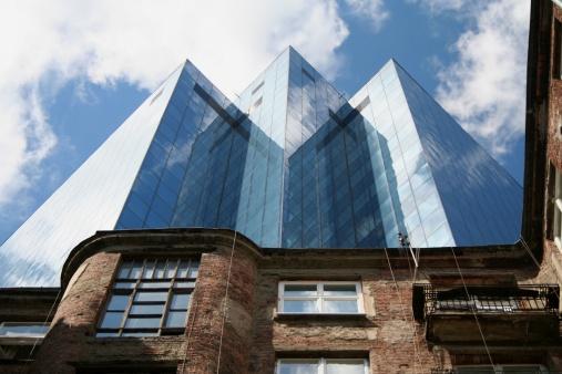 High Contrast「Old tenement building against a modern skyscraper」:スマホ壁紙(14)
