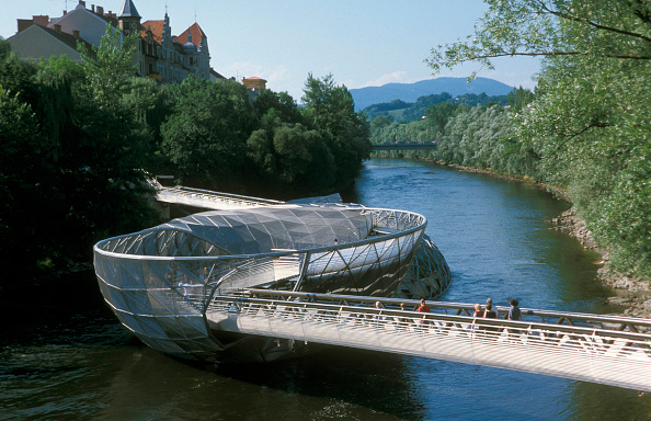 Graz「Mur Island Project, Graz, Austria, 2003. Artificial island on the river Mur, in the historic city center of Graz, Developed for celebration of Graz 2003 European capital of art, by Robert Punkenhofer and the architect Vito Acconci . Multifunctional and f」:写真・画像(2)[壁紙.com]