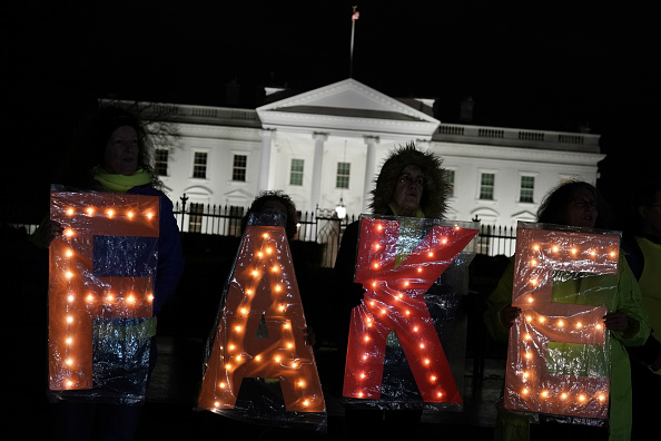 Artificial「Demonstrators Protest Outside White House On Evening Of President Trump's Address On Border Security」:写真・画像(8)[壁紙.com]