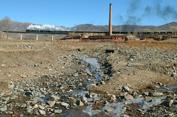 Extreme Terrain「The Brickworks at Er-Di with a double headed freight bound for Daban crosses Brickworks Viaduct.  This early springtime scene shows the stream beginning to flow again following the freeze of the long winter.  Ji-Tong Railway in Inner Mongolia.」:写真・画像(16)[壁紙.com]