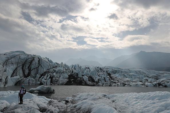 Horizontal「Matanuska Glacier In Alaska Serves As Hiking Destination Near City Of Anchorage」:写真・画像(9)[壁紙.com]