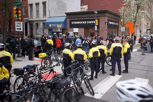 Center City - Philadelphia「Philadelphia Police Arrest Of Two Black Men In Starbucks, Prompts Apology From Company's CEO」:写真・画像(2)[壁紙.com]