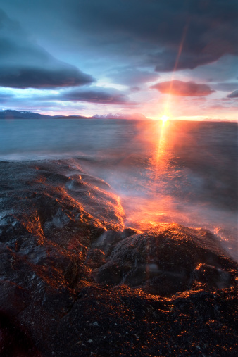 夏「Midnight Sun over VŒgsfjorden, SkŒnland, Troms County, Norway」:スマホ壁紙(2)